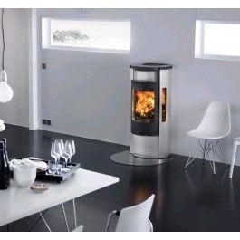 De Contura 655A is een moderne vrijstaande #houthaard die voorzien is van een aluminium bovenplaat en zijkanten. Door deze stijlvolle uitstraling is de #Contura 655A een opvallende verschijning in uw interieur. Door de grote ruit heeft u vanuit elke hoek een goed zicht op de haard, of dit nu vanaf de bank is of de eettafel. #Fireplace #Fireplaces