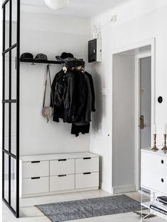Un piso pequeño de estilo nórdico en gris, blanco y negro.