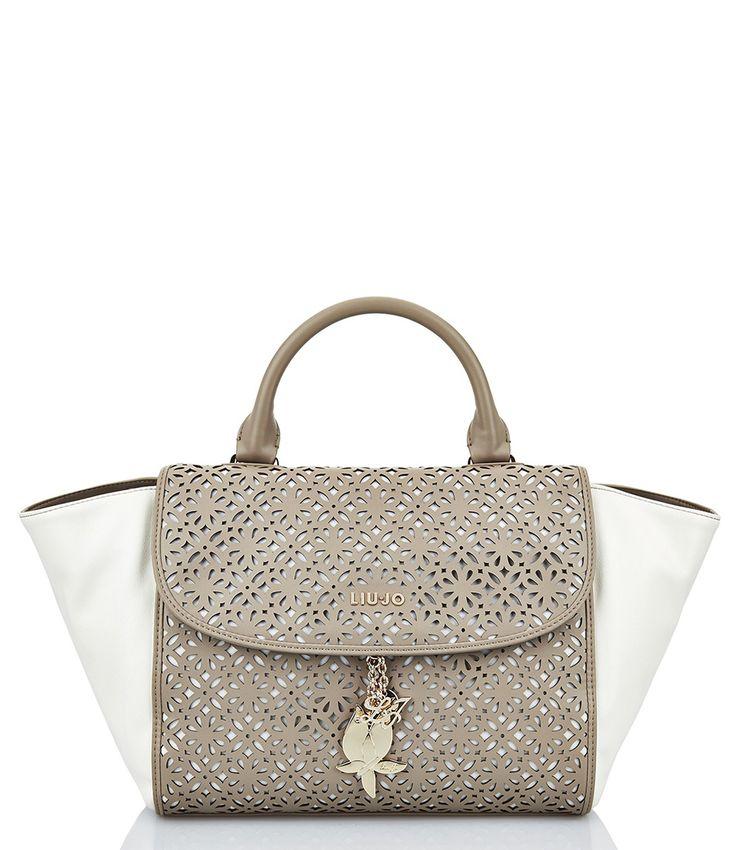 De Irene Medium Briefcase van Liu Jo is een tas welke wel heel dichtbij de bekende Celine bag komt. Door het ingestansde patroon op het beige kleurige materiaal krijgt de tas een hele luxe look and feel.