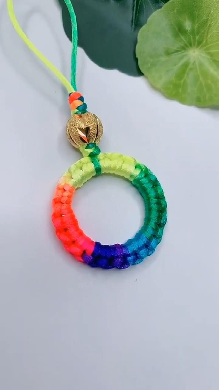 Wow it is really fascinating and inspiring. Best gift for friend ship day Rope Crafts, Diy Crafts Hacks, Diy Crafts Jewelry, Diy Crafts For Gifts, Bracelet Crafts, Fun Crafts, Diy Friendship Bracelets Patterns, Diy Bracelets Easy, Diy Keychain