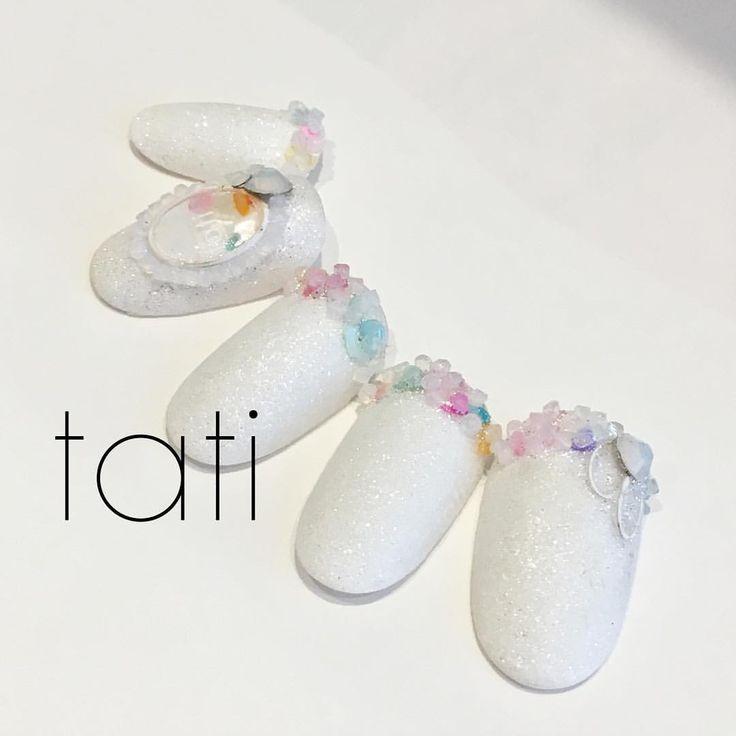 東京ネイルフォーラム、スワロフスキー社ブース(3-936)で展示されるチップを作成いたしました。 新発売のクリスタルピクシー™️エッジは従来のクリスタルピクシー™️プチよりも大きく立体感があります。なのでキラキラがより倍増しています。 ・ こちらのカラーは「White Ballet」 とても可愛いホワイトです。 小さなお花のようなこちらのデザイン 17日14:10〜15:00 TATメインステージでデモを行いま す。 「スワロフスキー®・クリスタル話題の新商品 クリスタルピクシー™ エッジを使用したtati流デザイン」 落ちない付け方や手順をオススメ商品とあわせてお伝えします。 6月のブライダルシーズンにもオススメなこのアート。ぜひ見に来て下さい◡̈♥︎ ・ 〈東京ネイルフォーラム〉 一般に今BWJと呼んでますが、その中のネイル部門。 2017年5月15日(月)〜17日(水) 10:00〜18:00(17日17:00) 東京ビッグサイト 東3ホール ・ 当日会場内スワロフスキー社ブースでお買い上げのお客様にはスペシャルギフトがございます。この機会に皆様もぜひ。 ・…