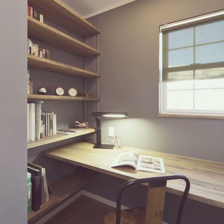 仕事で使うものをすぐ取れるように机に棚をつける