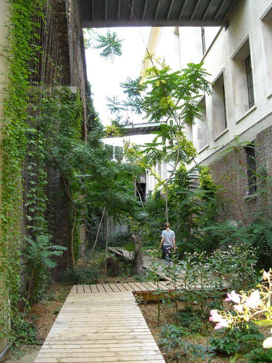 """""""Le Jardin Sauvage"""", Palais de Tokyo, Paris; by 'Atelier le Balto' (im Januar 2002 wurde als neuer """"Ort für zeitgenössisches Kunstschaffen"""" eröffnet)"""