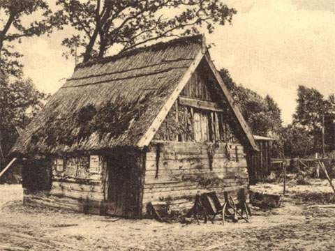 Malerisch am Kölpinsee: Eine Fischerhütte am fischreichen Binnensee hinter dem Deich.