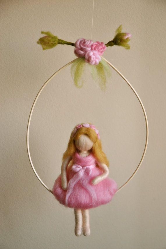 Chicas móvil Waldorf inspirado de fieltro aguja: la chica con la corona de rosas
