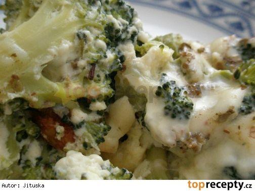 Brokolice zapečená se sýrem Suroviny: Brokolice uvařená do poloměkka, asi tak 80 dkg, 1 1/2 hrnku mléka, 4 vejce, 1 silnější plátek sýra, asi 15 - 20 dkg , sůl, pepř, tuk na vymazání pekáče Postup přípravy receptu Brokolici pokrájíme na menší kousky, rozložíme do tukem vymazaného pekáče a zalijeme mlékem s rozšlehanými vejci, nastrouhaným sýrem, solí a pepřem. Zapékáme 20 - 25 minut.