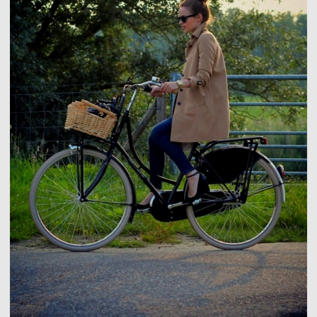 La quiero: Bike Riding, Kittens Heels, Tandem Bicycles, Baskets, Trench Coats, Cycling Chic,  Tandem Bicycle, Vintage Bike, Bike Styles