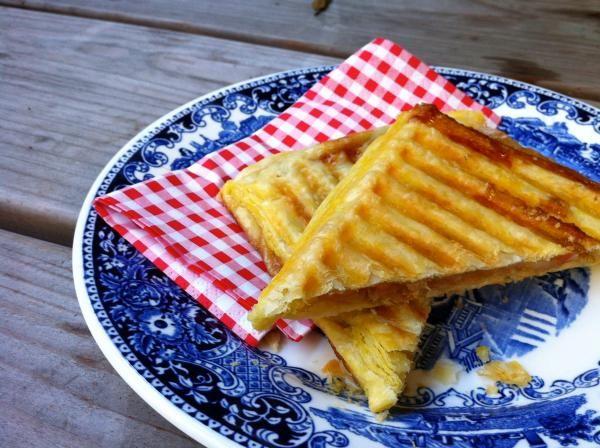 appelflap uit tosti ijzer. dat ik daar niet eerder aan gedacht heb. www.etenenzo.nl