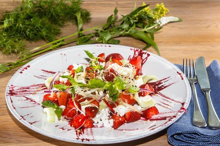 Салат с клубникой. Огурцы, помидоры, сельдерей, базилик, ТОФУ (фета), кунжут, бальзамик