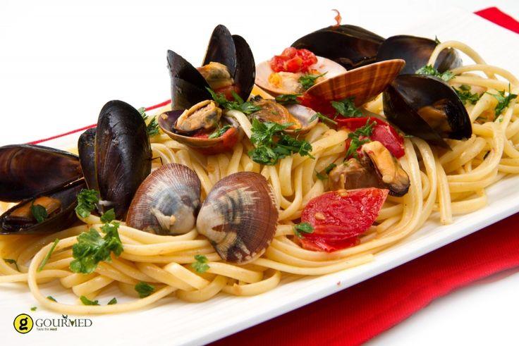 Τα λιγκουίνι με όστρακα κρασί και μυρωδικά είναι ένα νηστίσιμο αλλά και καλοκαιρινό πιάτο με όλη την θάλασσα και τις μυρωδιές της Μεσογείου στο πιάτο σας.  Όσοι αγαπάτε τα όστρακα θα το αγαπήσετε ιδιαίτεραγια την γεύση που του δίνει το υπέροχο Sauvignon Blancκαι την απλότητα παρασκευής του.
