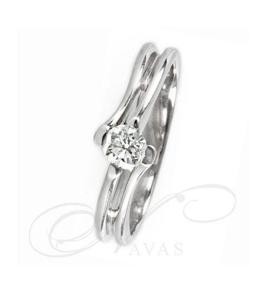 El solitario de diamantes NEFTIS es una joya elaborada con oro de 18 quilates, con un montaje original y diferente, donde el diamante resalta con gran belleza. Debido a este diseño, es un anillo de compromiso especial y moderno. Así mismo, su estilo vanguardista, hace ser una opción perfecta para sorprender a una persona especial con un anillo de diamantes que podrá lucir en su día a día.