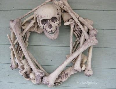 How-To: Skeleton Wreath from Meg of Mega-Spooky. Easy to do with a store-bought skeleton! #Halloween
