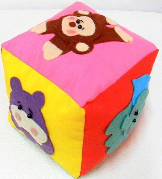 Brinquedo educativo feito em tecido, com enchimento de fibra siliconizada antialérgica e guizo para fazer barulhinho. Com aplicação de bichinhos da floresta em feltro. R$ 30,00