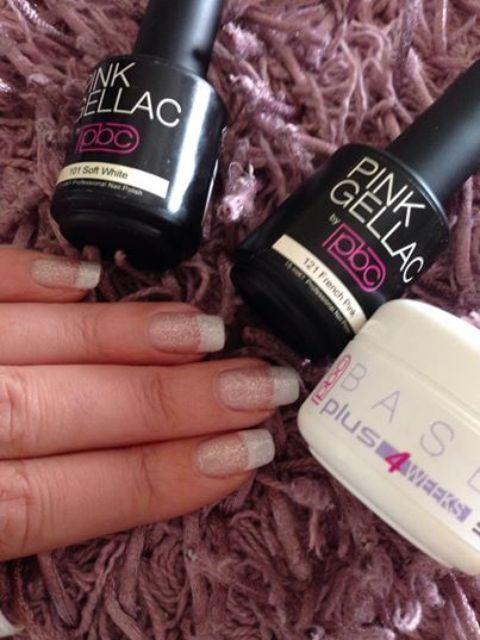 Evelien de Witte heeft de scheur in haar nagel opgelost met de versteviging van de Base Plus. Like als je dit een super goed resultaat vind! French manicure met een zilver glitter erover en begonnen met de base plus . Had een flinke scheur in mijn nagel en base plus is DE oplossing gaat echt super ! Zeer tevreden #pinkgellac #pinkbeautyclub #gellak #gelnagellak #nagellak