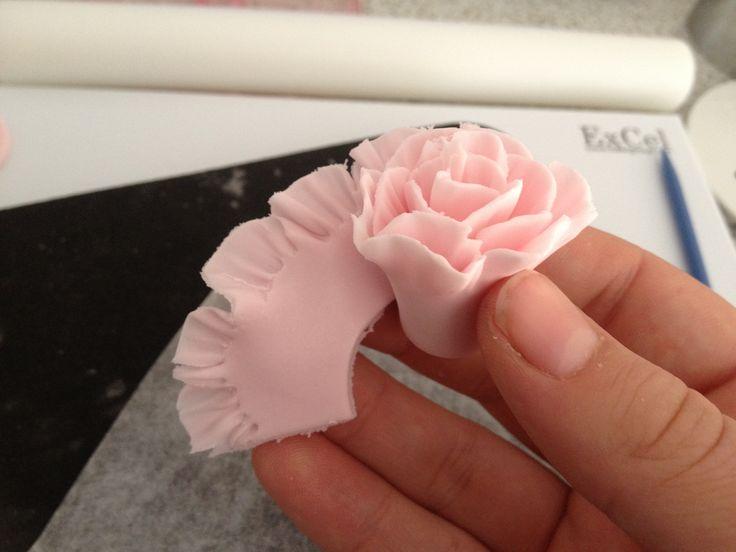 Formar la rosa y sellar con pegamento