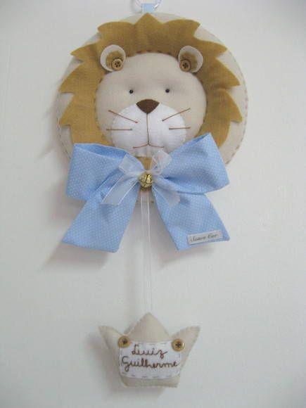 Guirlanda de feltro com laço em tecido de algodão. Coroa com nome bordado a mão. A guirlanda tem 25 cm de diâmetro R$ 110,00