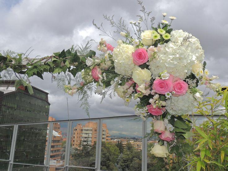 Arco. Contáctanos para cotizar tu boda clientes@lapetala.com.  2159030 Bogotá.