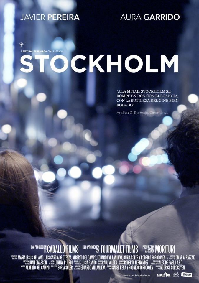 Stockholm empieza siendo una bonita estrella fugaz, que se revela como peligroso meteorito conforme se va acercando a nosotros. Empieza siendo una película amable, liviana, en la que los tópicos del flirteo amoroso no dejan de rezumar cierto encanto, con la complicidad de la versión nocturna y engalanada de la ciudad que invita a hacer posibles todas las historias.