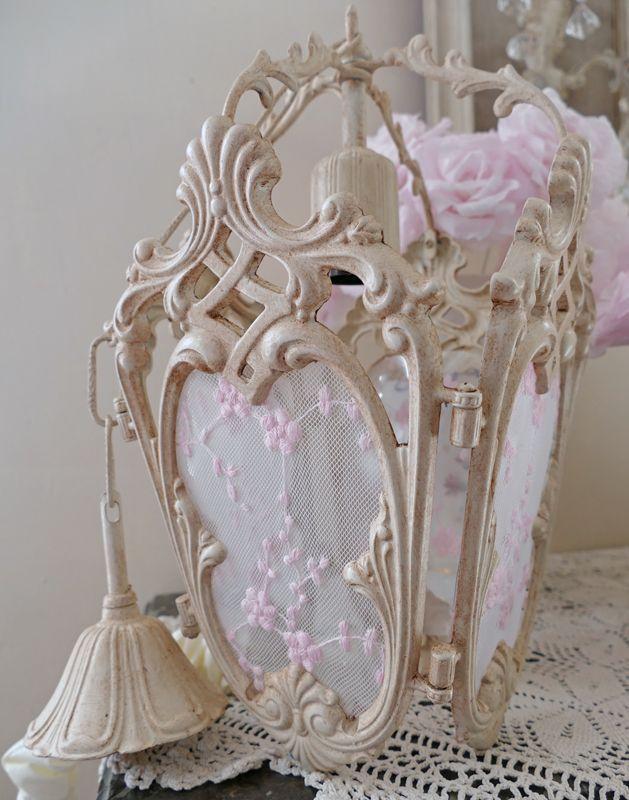 Lanterne en bronze relookée, patine lin, et dentelle rose poudré . Lantern shabby chic decoration. Création perle de lumieres