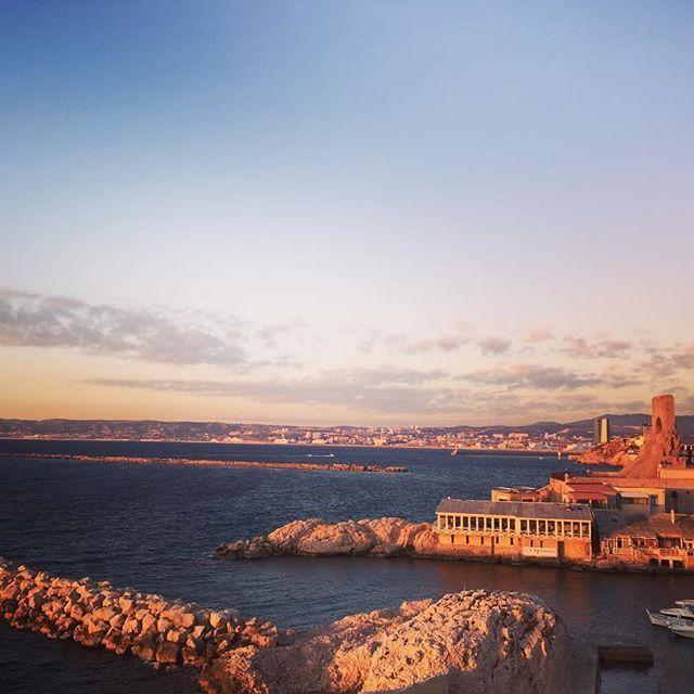 【comojapon】さんのInstagramをピンしています。 《#マルセイユ コルニッシュ通りから見た景色。夕陽に染まったキャバノン(昔の漁師の家)が印象的ですね  #marseille #france #mediterranean #mer #sea #sunset #soleilcouchant #corniche #trip #comojapon #海外 #フランス #旅行 #旅行好きな人と繋がりたい #写真好きな人と繋がりたい #カメラ好きな人と繋がりたい #cabanon #pecheur #夕日 #漁師 #家 #海 #地中海》