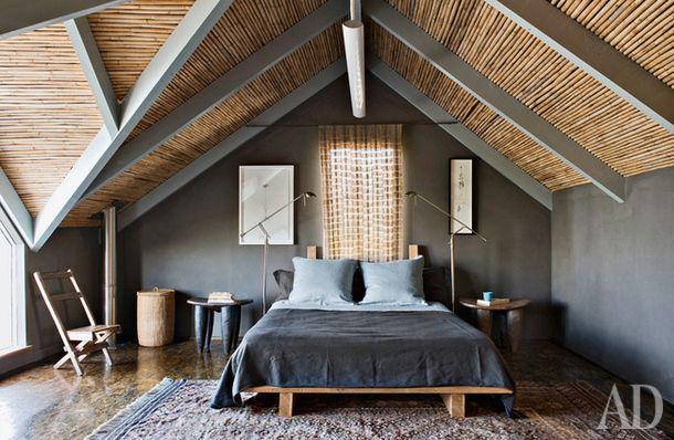 Скромная шторка становится стержнем пространства благодаря зрительному сходству с бамбуковой крышей. Авторы этого продуманного до мелочей интерьера — архитекторы Сью и Стефен Леннард из ЮАР.