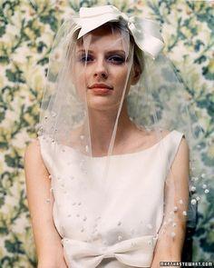 ベールの上からリボンを付けても◎ リボンを使った花嫁ヘア一覧。ウェディングの参考に。