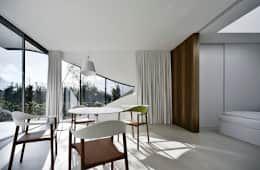 Mirror Houses: Sala da pranzo in stile in stile Minimalista di Peter Pichler Architecture