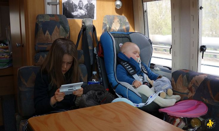 Pour les longs voyages en voiture avec nos enfants, tout bébé et plus grands, partage de nos astuces pour préparer ces longs trajets