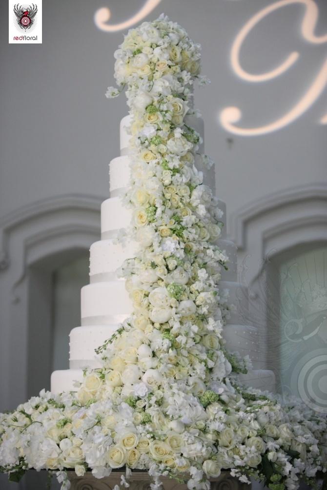 Květiny, květiny a zase květiny. Klasická svatební tématika. Na tomto dortu je dovedena k dokonalosti