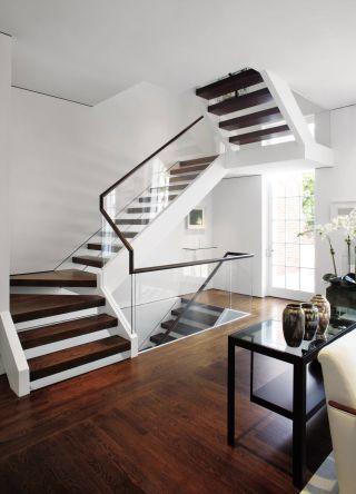 Magnifique escalier qui uni le verre, le bois et le blanc pur | Architectural Digest