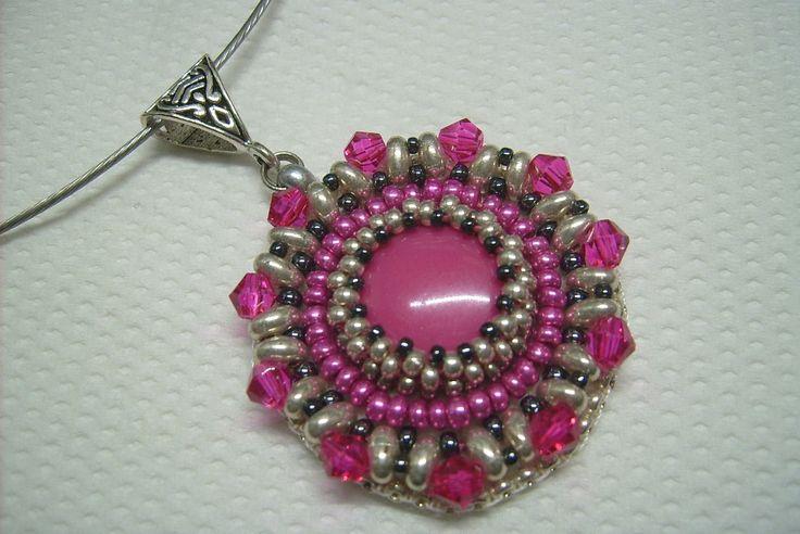 Pink és ezüst színű, gyöngy-hímzett medál, merev nyaklánc alapon. 1490.-Ft.