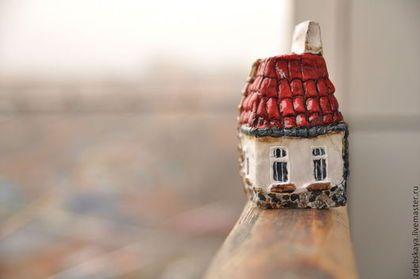 Домик в деревне. - бордовый,красный,белый,серый,дом,домик,миниатюра,скульптура