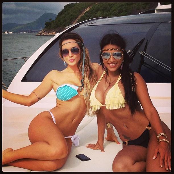 Bikini women on pontoon boats - Babes - Video XXX - photo#21