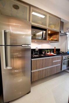Na cozinha, a bancada é de granito preto são gabriel. No piso, o porcelanato polido Diamante (da Portinari) confere maior amplitude ao ambiente. Trabalho de interiores da arquiteta Camila Klein para um apartamento de 75 m²
