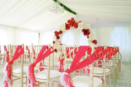 Свадебная церемония, где декор арки с разнообразными цветами