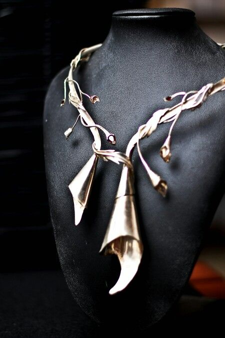 Flowers and vines necklace with Garnetts