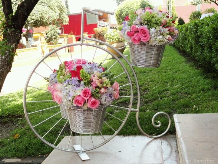 Bicicleta decorada floreros y flores pinterest for Arreglos florales para boda en jardin