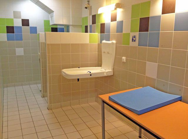 Олимпийский бассейн Сан-Рафаэля. Комната для младенцев и спецтуалет при мужской раздевалке