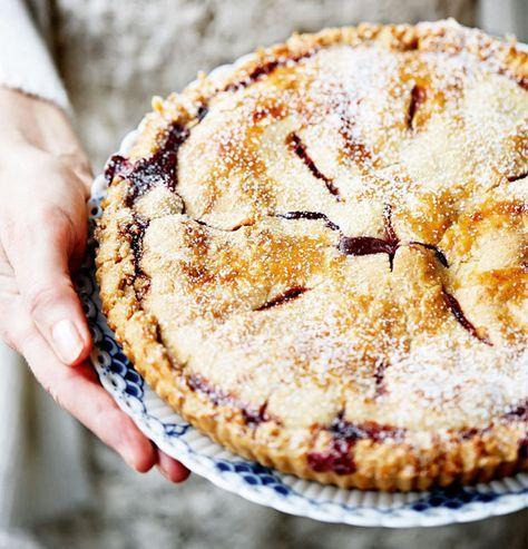 Crumblecake med solbær og hindbær er en fantastisk kage og meget nem at lave.