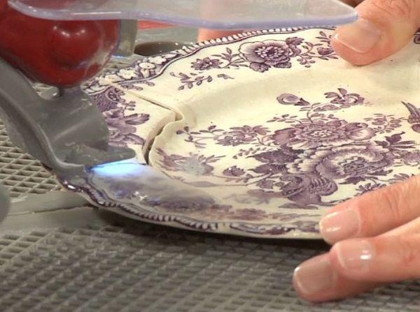 geschnitten, um eine Platte Porzellan Schmuck zu machen