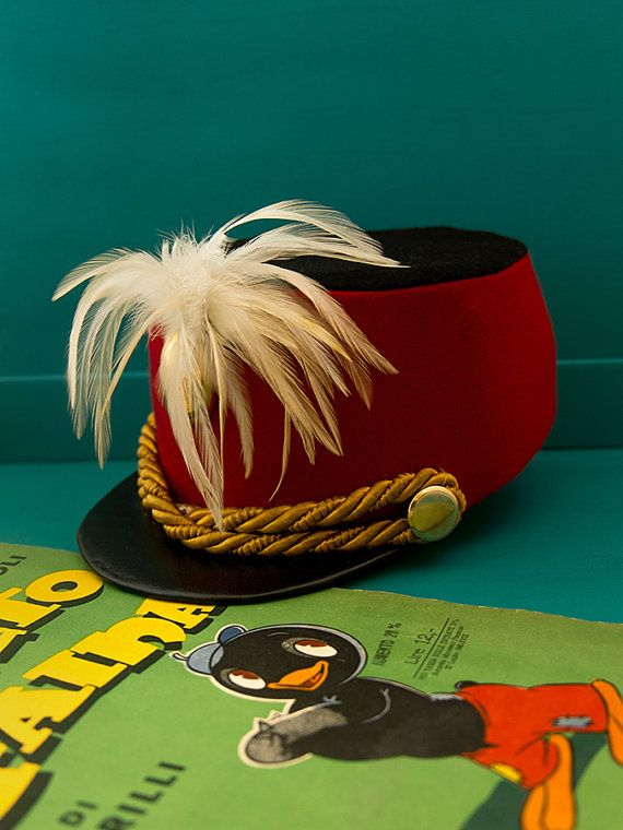 Vintage red Marching Band Hat with white feathers di Daedaleum