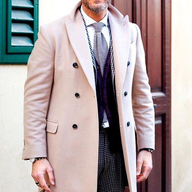 ライトベージュのダブルコート。レディースのような感覚が綺麗にオシャレ。中に来ているスーツもカッコいい。 オーダースーツ専門店DoCompany http://www.do-company.co.jp  #メンズファッション #オーダースーツ #ファッション #スーツ #スーツ男子 #コート #コーディネイト #コーデ #ドゥ・カンパニー