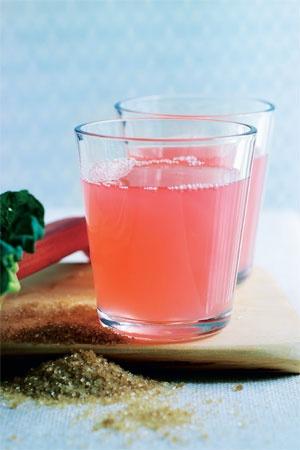 Rabarbersaft Skøn og frisk drik til de lune forårsaftener. (ca. 10 glas) 500 g rabarber 200 g rørsukker 1 l vand 1 usprøjtet citron  - Skær rod og evt. blade af rabarberne, og skyl rabarberne i koldt vand. Skær dem i små stykker og læg dem i en gryde sammen med rørsukker, vand og citron skåret ud i kvarter.  - Bring det hele i kog og lad det småsimre i 5 min. Tag gryden af varmen og lad saften trække i 20-25 min.  - Sigt saften igennem en sigte og mos let med en ske, så al saft…
