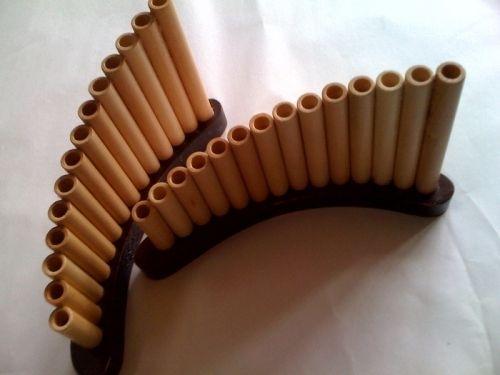 Suport din lemn, de tip nai, pentru creioane.