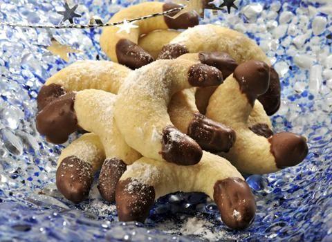Ingredience: mouka pšeničná hladká 300 gramů, kypřící prášek do pečiva 1 špetka, moučka kokosová 120 gramů, máslo 150 gramů, cukr 100 gramů, vejce 1 kus, čokoláda na vaření 1 balení, tuk ztužený (100%) 2 lžičky, mouka (na vál).