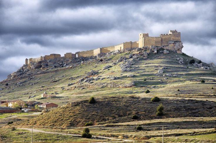 Fortaleza califal del siglo X, construida para reforzar la frontera del río Duero. Pieza clave en la historia medieval del territorio. Fue convertida en cárcel por los Reyes Católicos. El Castillo de Gormaz, Soria, Castilla-León.