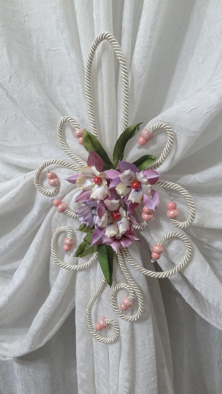 Raccoglitenda con fiori di aquilegia di Forme Tessili 3D