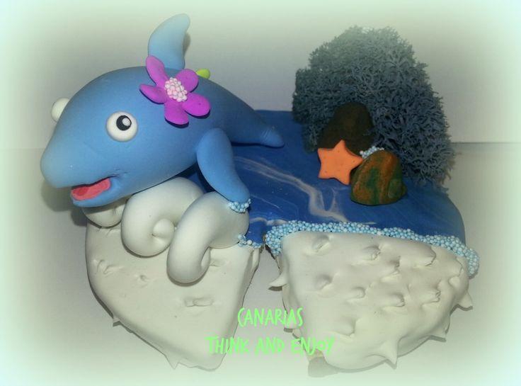 Un regalo para una profe de infantil.  Delfín en azul neón, detalles en naranja, amarillo y lila neón, además de musgo real.  Si te gusta modelar, te recomiendo la arcilla de Think and Enjoy.. suave, muy elástica y si se reseca un poco, la recuperas con agua!