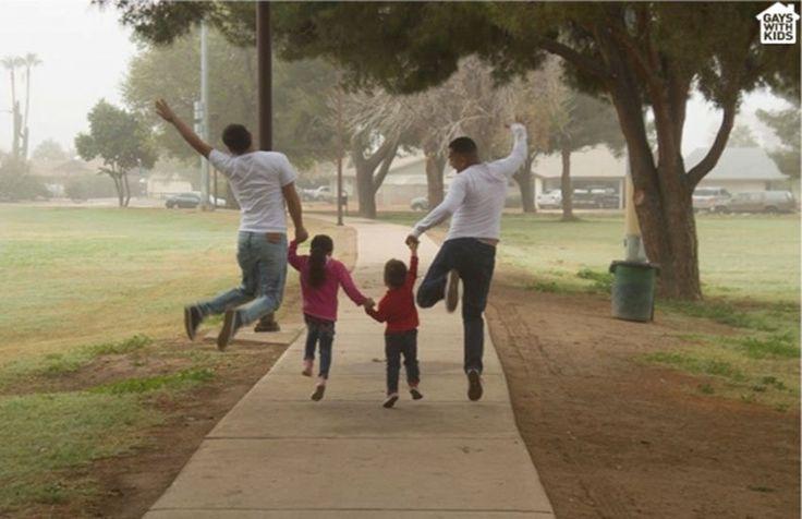 """Los papás gays """"se esfuerzan más en la crianza de sus hijos que los padres heteros"""", según un estudio"""