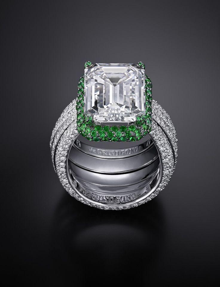 Blanc & Vert. Sous les feux d'un diamant blanc taille émeraude de 10 carats, 200 grappes d'émeraudes déploient leurs couleurs vives au-dessus d'un corps de bague en or blanc composé de cinq anneaux pavés de diamants.